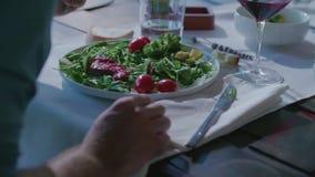 Mujer que come el detalle en plato Ensalada de cuatro personas caucásicas de los amigos, filete de la carne y almuerzo italianos  almacen de video