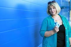 Mujer que come el helado foto de archivo