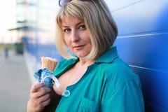 Mujer que come el helado Imagen de archivo
