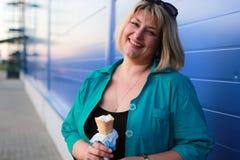 Mujer que come el helado Foto de archivo libre de regalías