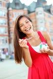 Mujer que come el helado en la ciudad de Quebec fotos de archivo