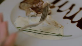 Mujer que come el rollo de carne en restaurante almacen de metraje de vídeo