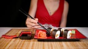 Mujer que come el sushi almacen de metraje de vídeo