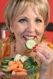 Mujer que come el upcl sano del alimento Fotos de archivo