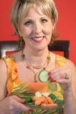 Mujer que come el vert sano del alimento Foto de archivo libre de regalías