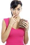 Mujer que come la barra de chocolate Fotos de archivo libres de regalías