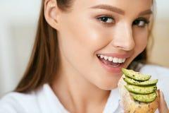 Mujer que come la comida de la dieta sana fotos de archivo