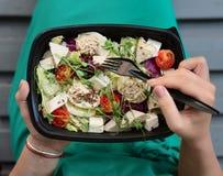 Mujer que come la comida sana en el tiempo del almuerzo foto de archivo libre de regalías
