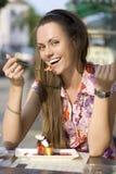 Mujer que come la empanada Imagen de archivo