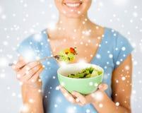 Mujer que come la ensalada con las verduras Imagen de archivo