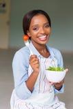 Mujer que come la ensalada fresca imagenes de archivo
