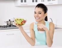Mujer que come la ensalada sana Fotografía de archivo libre de regalías