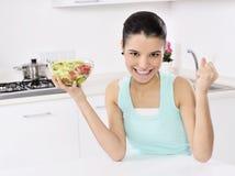 Mujer que come la ensalada sana Fotos de archivo