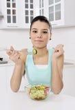 Mujer que come la ensalada sana Foto de archivo libre de regalías