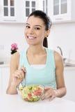 Mujer que come la ensalada sana Foto de archivo