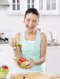 Mujer que come la ensalada sana Fotografía de archivo