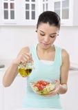 Mujer que come la ensalada sana Imagenes de archivo