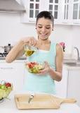 Mujer que come la ensalada sana Fotos de archivo libres de regalías