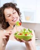 Mujer que come la ensalada vegetal Imagenes de archivo