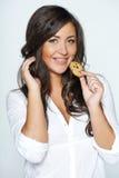 Mujer que come la galleta Fotos de archivo libres de regalías