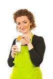 Mujer que come la galleta con leche Fotografía de archivo