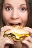 Mujer que come la hamburguesa fotografía de archivo