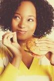 Mujer que come la hamburguesa fotos de archivo