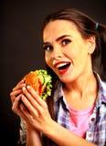 Mujer que come la hamburguesa La muchacha quiere comer la hamburguesa Fotografía de archivo