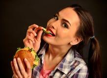 Mujer que come la hamburguesa La muchacha quiere comer la hamburguesa Imágenes de archivo libres de regalías