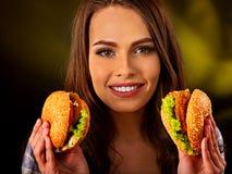 Mujer que come la hamburguesa Mordedura de la muchacha de la hamburguesa muy grande Imagen de archivo