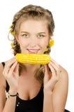 Mujer que come la maíz-mazorca Fotografía de archivo libre de regalías