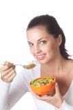 Mujer que come la muselina del cereal Imagen de archivo libre de regalías
