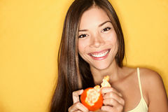 Mujer que come la naranja Imagenes de archivo