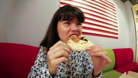 Mujer que come la pizza, cámara lenta divertida almacen de video