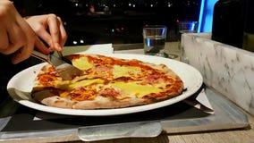 Mujer que come la pizza en restaurante metrajes