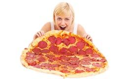 Mujer que come la pizza enorme Imágenes de archivo libres de regalías