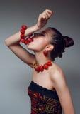 Mujer que come la pulsera de la fresa Imagen de archivo