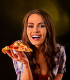 Mujer que come la rebanada de pizza italiana El estudiante consume los alimentos de preparación rápida Fotos de archivo libres de regalías