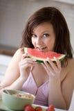 Mujer que come la sandía Imagen de archivo libre de regalías