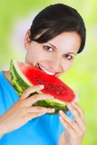 Mujer que come la sandía Imagen de archivo