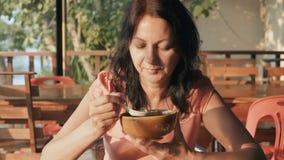 Mujer que come la sopa