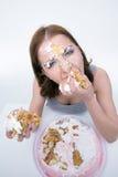 Mujer que come la torta Fotos de archivo