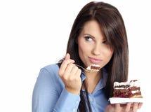 Mujer que come la torta Fotografía de archivo libre de regalías