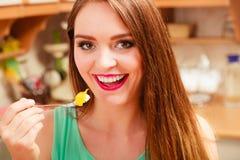 Mujer que come la torta poner crema con las frutas glotonería imagenes de archivo