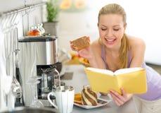 Mujer que come la tostada con crema del chocolate Imagen de archivo
