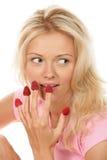 Mujer que come las frambuesas de los dedos foto de archivo