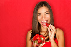 Mujer que come las fresas Imágenes de archivo libres de regalías