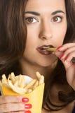 Mujer que come las fritadas imagenes de archivo