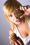 Mujer que come las galletas de viruta de chocolate Imágenes de archivo libres de regalías