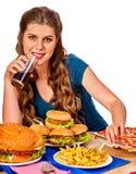 Mujer que come las patatas fritas y la hamburguesa Fotos de archivo libres de regalías